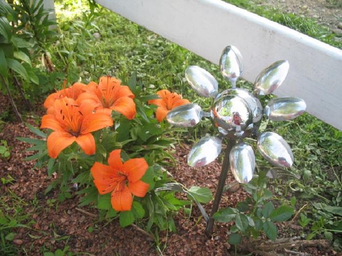 Необыкновенный металлический цветок, может создать массу положительных эмоций и подарить хорошее настроение в саду.