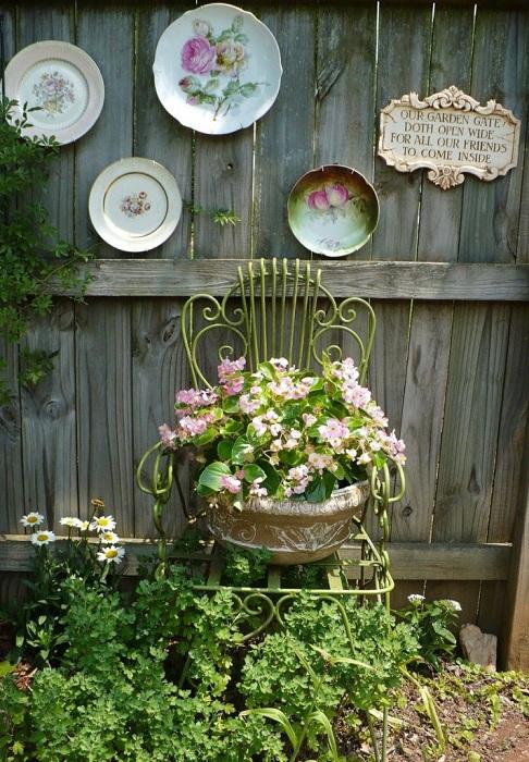 Декорирование забора обычными тарелками станет простым и оригинальным украшением для любого двора.