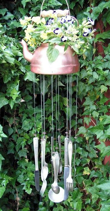 Возможно со старых столовых приборов и ненужного чайника, создать перезвон ветра, который будет просто необыкновенным украшением для сада.