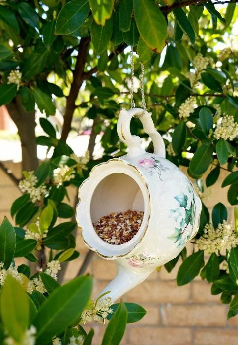Необычная и яркая кормушка для птиц с обычного чайника-заварника, то что понравится всем.