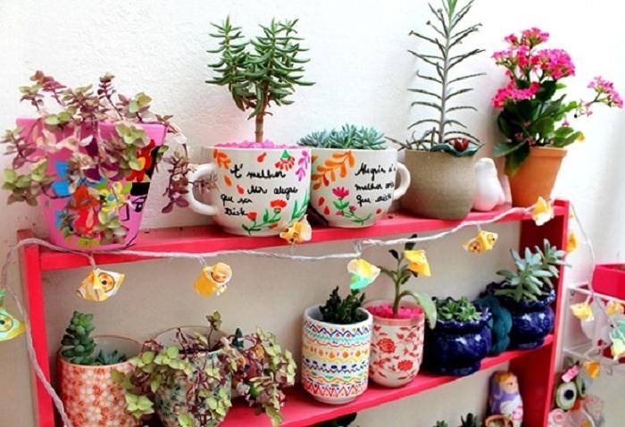Обычные чашки можно использовать в качестве интересных горшков для цветов, которые украсят определенно сад.