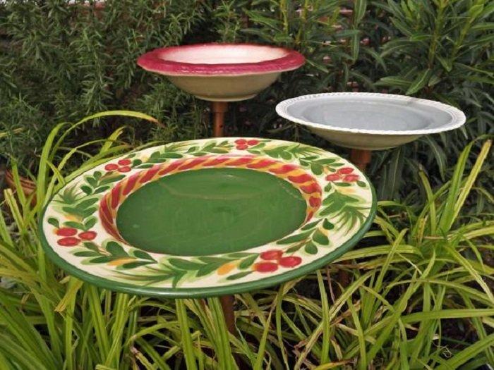 Простое украшение сада расписанными тарелками, необычное решение для любого двора.