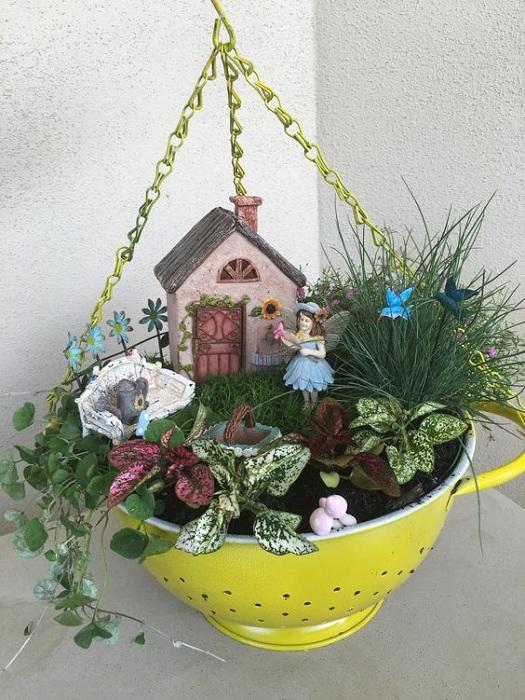 Необычный горшок, который непременно украсит любой сад или огород, выполнен из обычного кухонного сита.