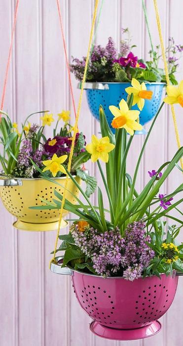 Симпатичные цветные горшочки из дуршлагов, станут ярким дополнением к интерьеру сада или огорода.