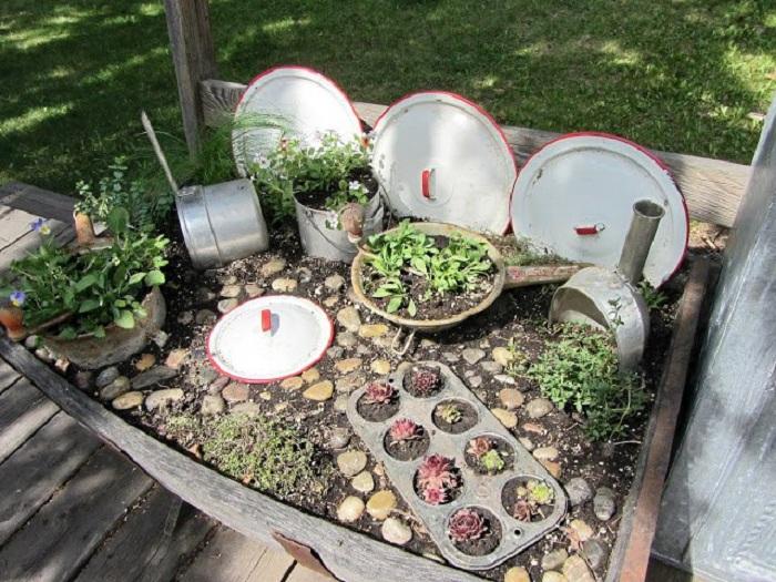 Декорирование сада и огорода возможна при помощи ненужных кастрюль, которые станут просто невероятной изюминкой.