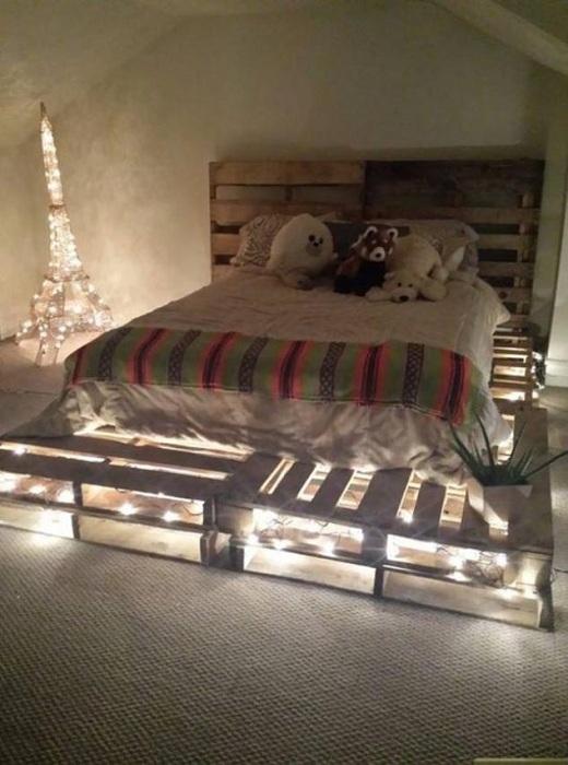 Пример декора комнаты с кроватью из паллет.