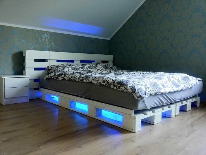 Удачное оформление интерьера спальной с крутой кроватью из паллет.