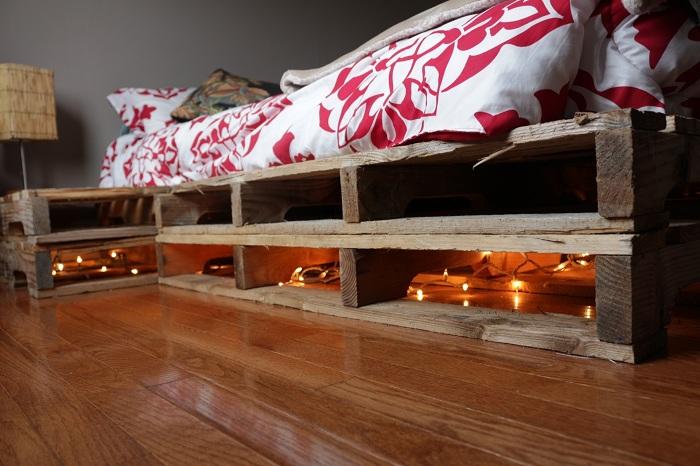 Симпатичный вариант преобразить общую обстановку в спальной за счет необычной подсветки.
