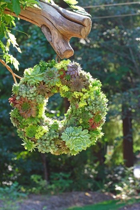 Красивый кашпо в виде сочного зеленого венка, станет отличным дополнением к обстановке.