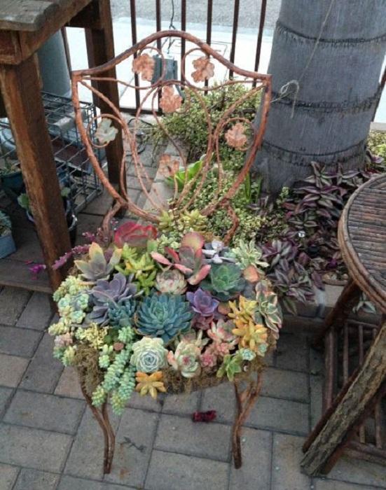 Невероятный и яркий стул в цветах, то что стоит соорудить на любой даче или в частном доме.