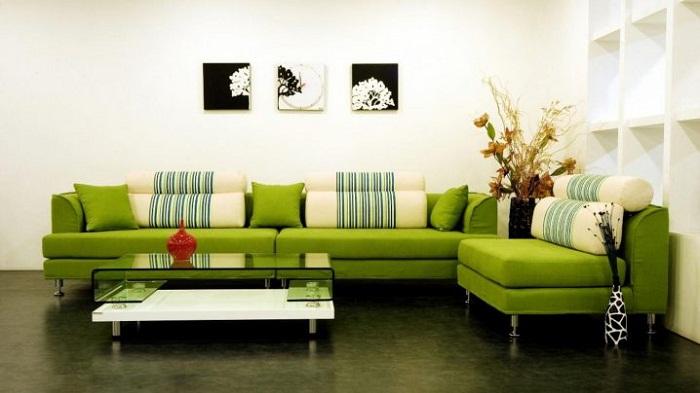 Яркий диван дополнит общий интерьер.