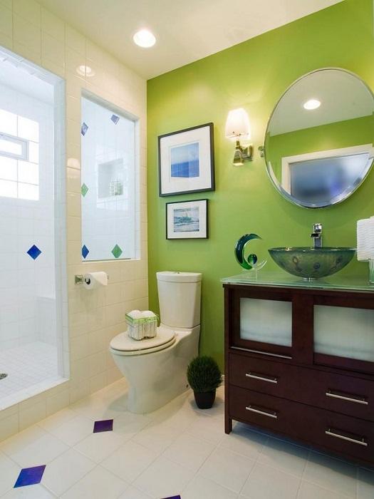 Ярко-зеленая акцентная стена в ванной комнате.
