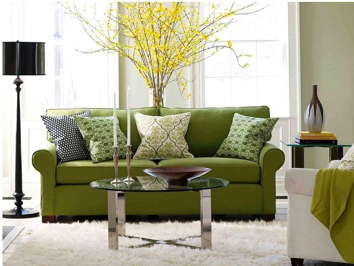 Салатовый диван - яркое решение для комнаты.