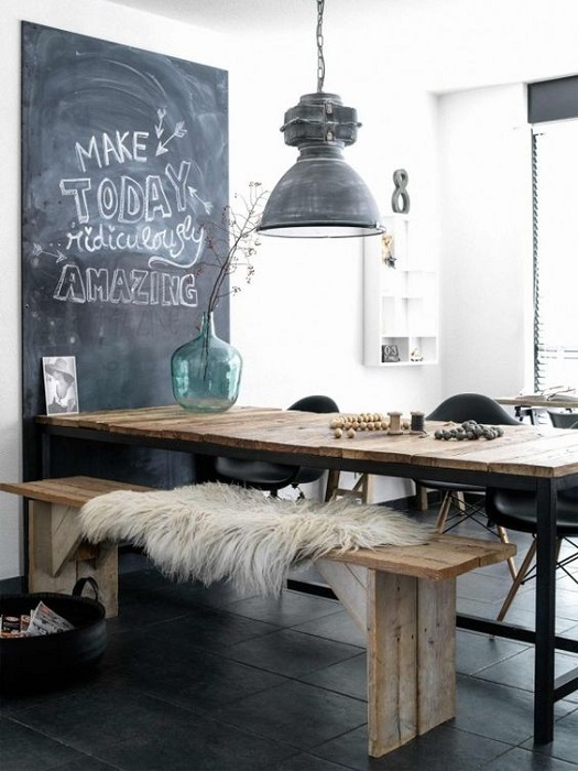 Интересная комната в светло-серых тонах, которая оформлена в приятной атмосфере.