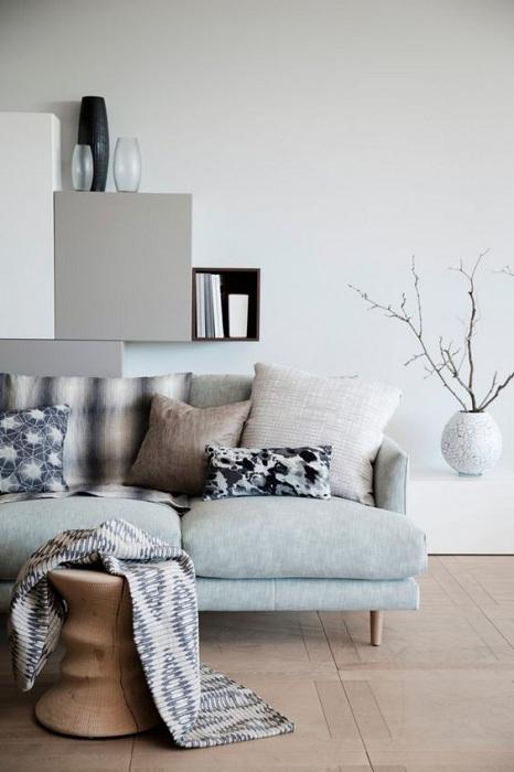 Гостиная оформлена в разных серых тонах, что добавляет своеобразной атмосферы.