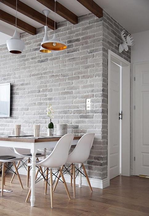 Серая кирпичная кладка отличный элемент для оформления столовой в любом доме.