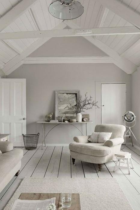 Самый лучший вариант оформления комнаты под самым чердаком в серой цветовой гамме.