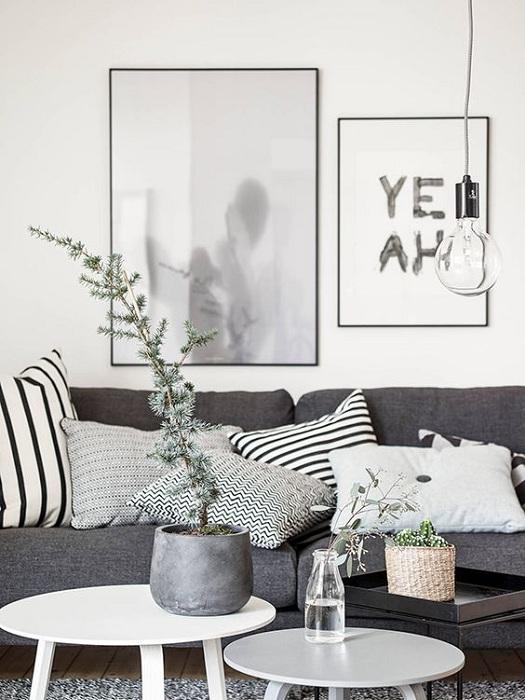 Темно-серый диван на фоне светлых стен смотрится обворожительно.