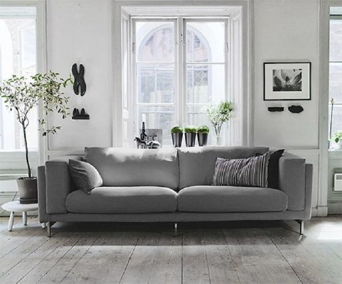Серый диванчик изюминка этого интерьера и то что порадует на самом деле.