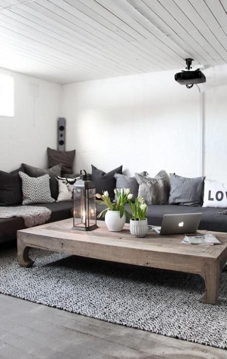 Угловой диван в гостиной с множеством подушек подарит только теплые воспоминания.