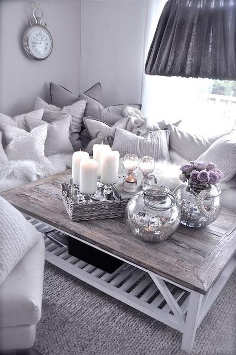 Симпатичная и уютная романтическая обстановка в комнате в серых приятных тонах.