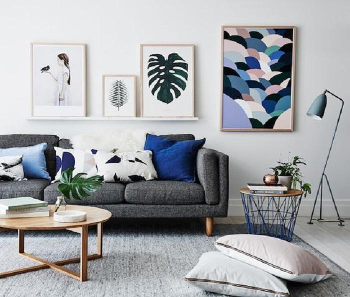 Очень привлекательный дизайн гостиной в серых тонах, в дополнении с синим.