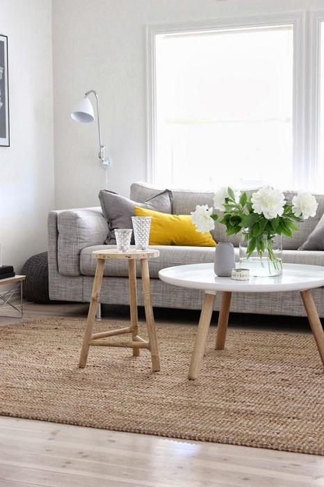 Уютный и симпатичный интерьер гостиной в неярких тонах, которые создадут специфическое настроение.
