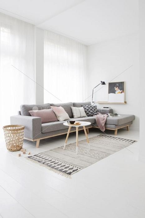 Очень красивый светлый интерьер с серым диваном, что является изюминкой.