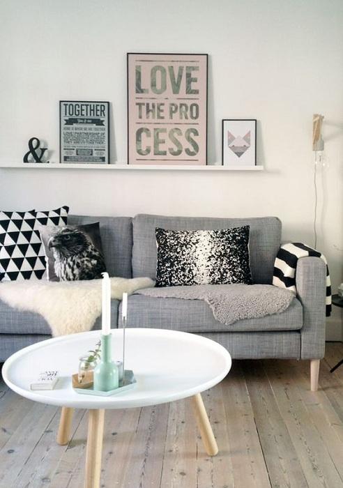 Непростой интерьер в серых тонах создан благодаря серым оттенкам и приятным элементам декора.
