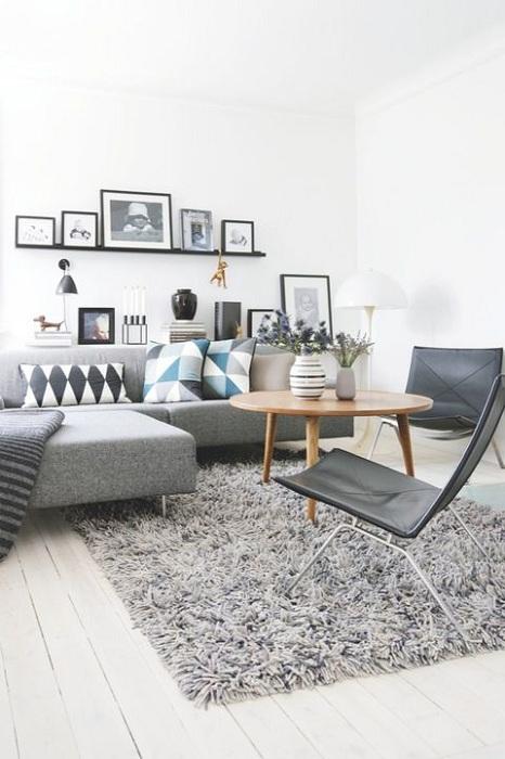 Удобный и милый пушистый ковер серого цвета, создает теплую атмосферу в гостиной.