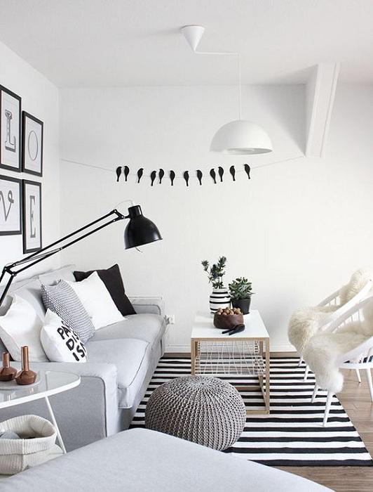 Серый интерьер с черно-белыми элементами, которые дополняют.