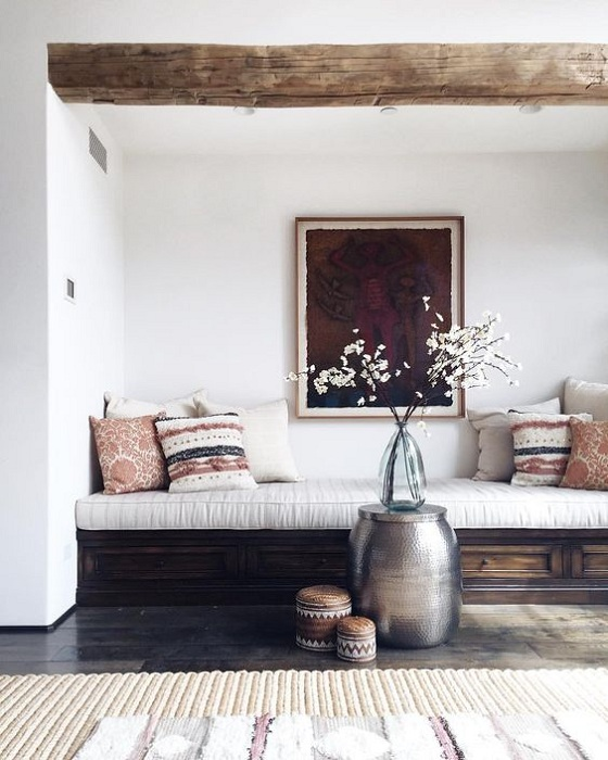 Симпатичный вариант оформить удобное место для чтения книг и проведения времени в приятной атмосфере.