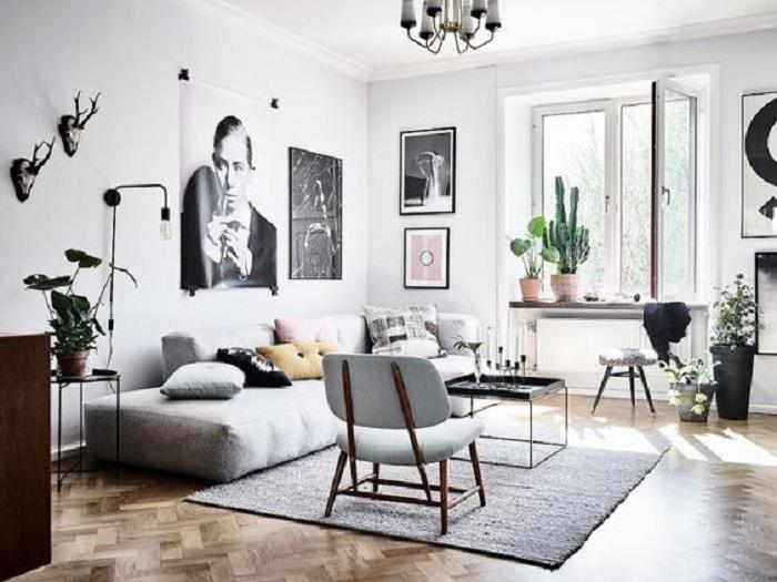 Интересное оформление интерьера гостиной в светло-серых тонах с множеством разнообразных элементов декора.