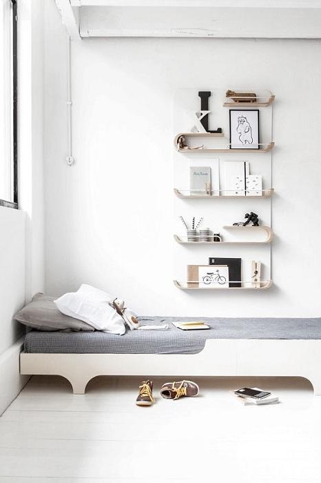 Удачное решение оформить спальню в нежных и светлых тонах, которая привносит спокойствия атмосфере.