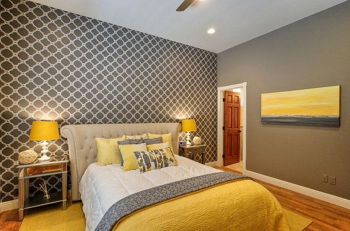 Потрясающий серо-желтый интерьер спальной, которая вдохновит еще на большие эксперименты и точно понравится.