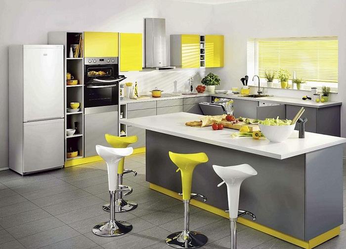 Украсить кухню возможно при помощи такого нестандартного оформления её в серо-желтых тонах.