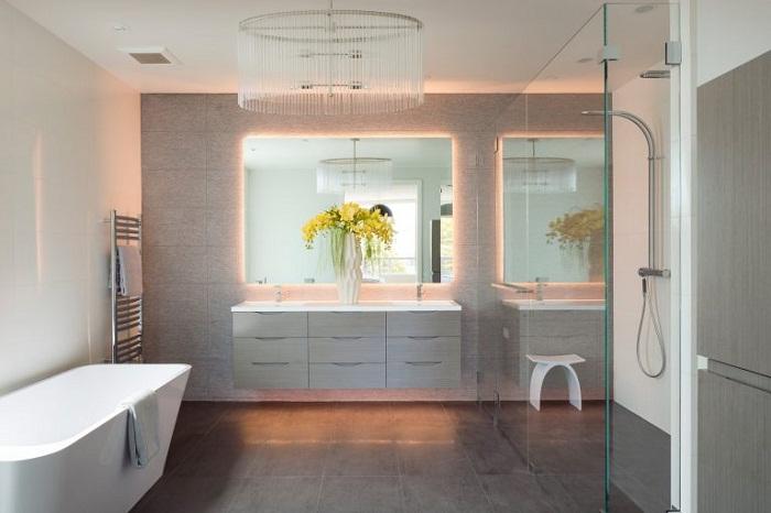 Отличный пример оформления ванной комнаты благодаря мягкому скрытому освещению.