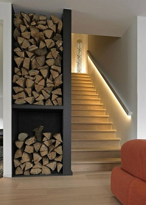 Легкий и ненавязчивый вариант подсветки лестницы.