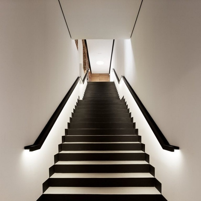 Оформление лестницы в классических оттенках - лучшее решение.