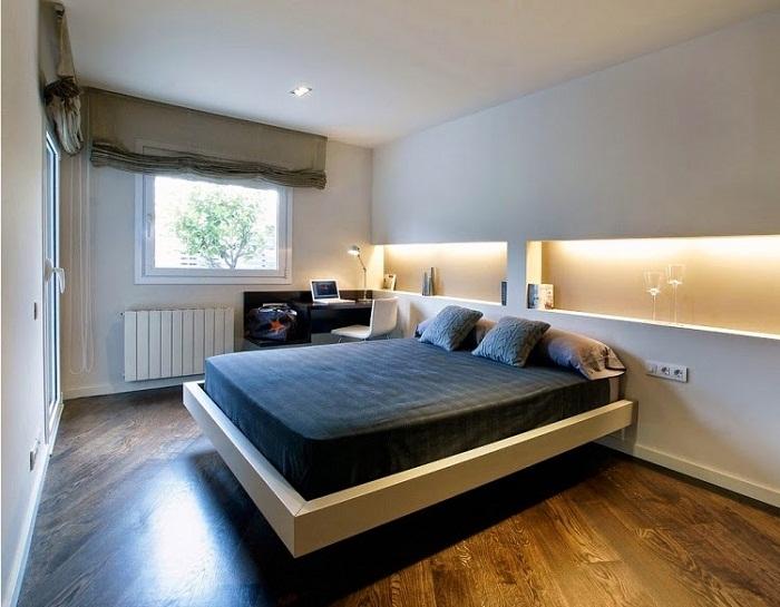 Спальню возможно оформить нестандартно при помощи скрытого освещения.