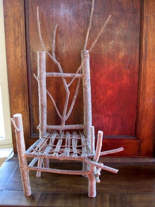 Непревзойденное творение - стул созданный из небольших деревянных веток, порадует глаз и практично обустроит комнату.