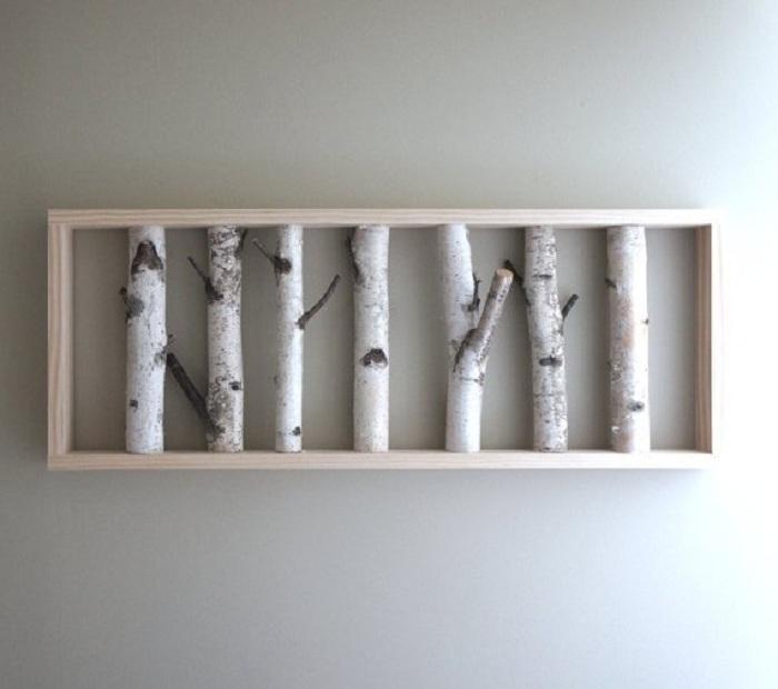 Нестандартная картина из березовых веток придется по душе любителям деревянных украшений для дома.