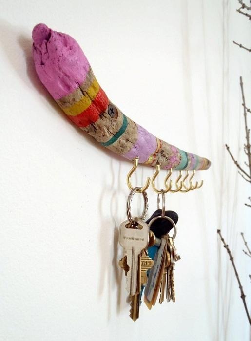 Яркое сочетание цветов и желание создать красивую атмосферу при помощи такое необыкновенной ключницы на стене.
