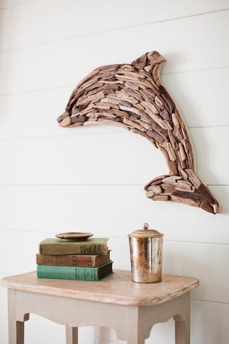 Прекрасный вариант оформления стены при помощи деревянного дельфина созданного собственноручно.