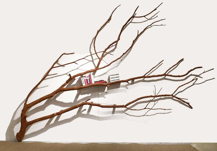Отличная деревянная полка в виде дерева, то что придется по душе многим.