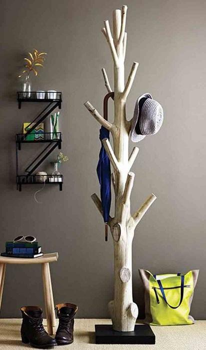 Очень невероятная деревянная вешалка создана при помощи использования деревянных веточек, украсит любую комнату в доме.