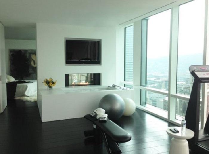Маленькая площадь для упражнений с необыкновенным видом за окном.