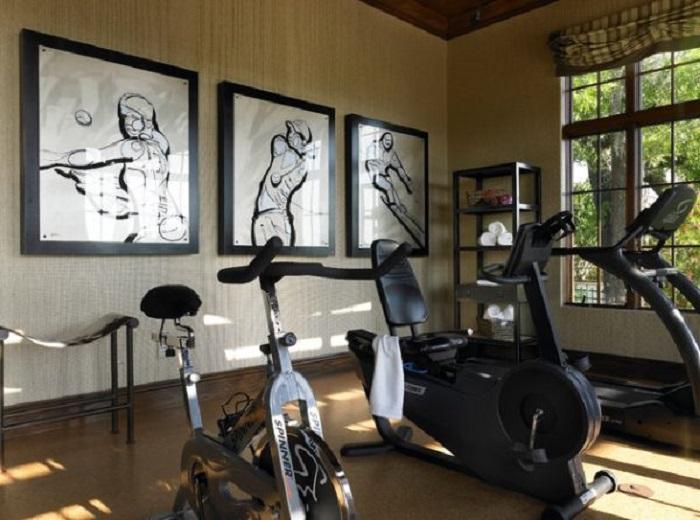 Домашний спортивный зал украшен за счет черно-белых картин, которые создают своеобразную атмосферу.