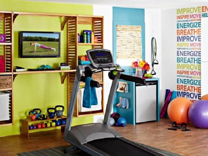 Оформление дизайна спортивного зала в ярких цветах, что вдохновляет.