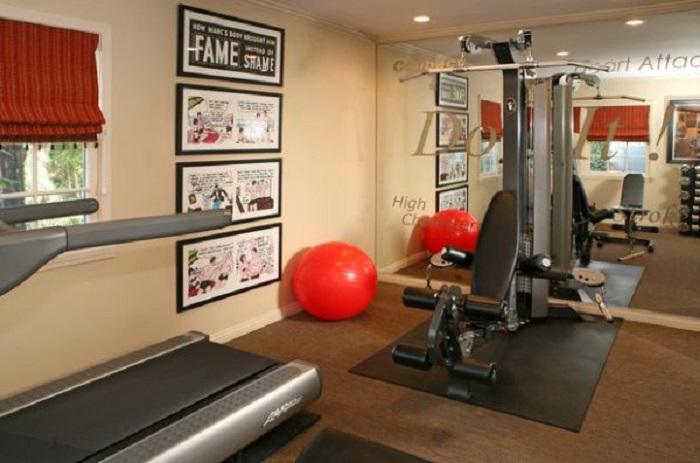 Интересное оформление тренажерного зала в домашних условиях, создаст спортивную атмосферу.